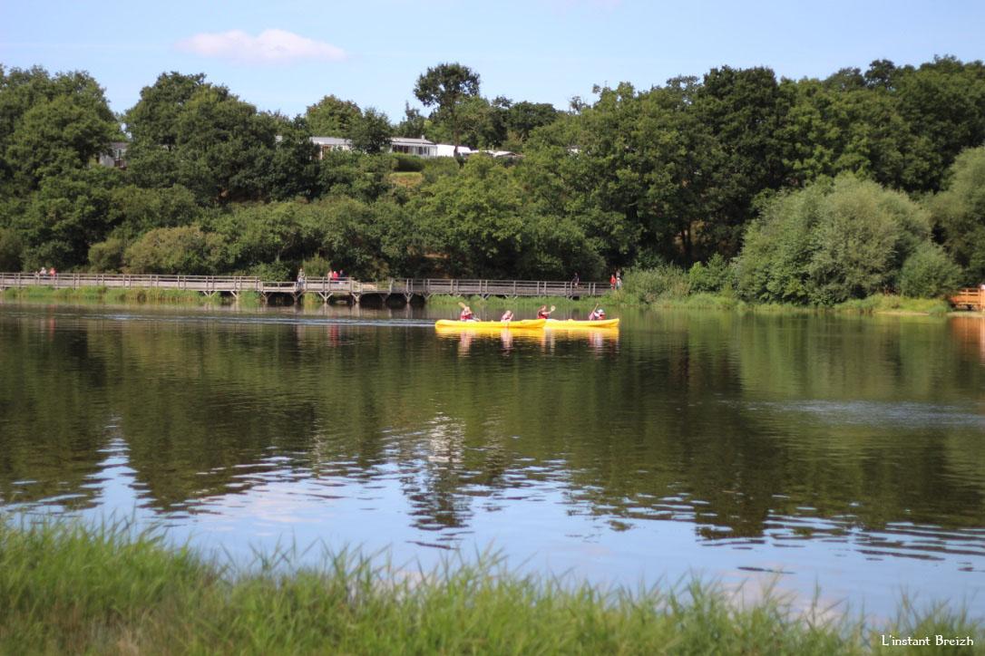Certains font du kayak sur le lac