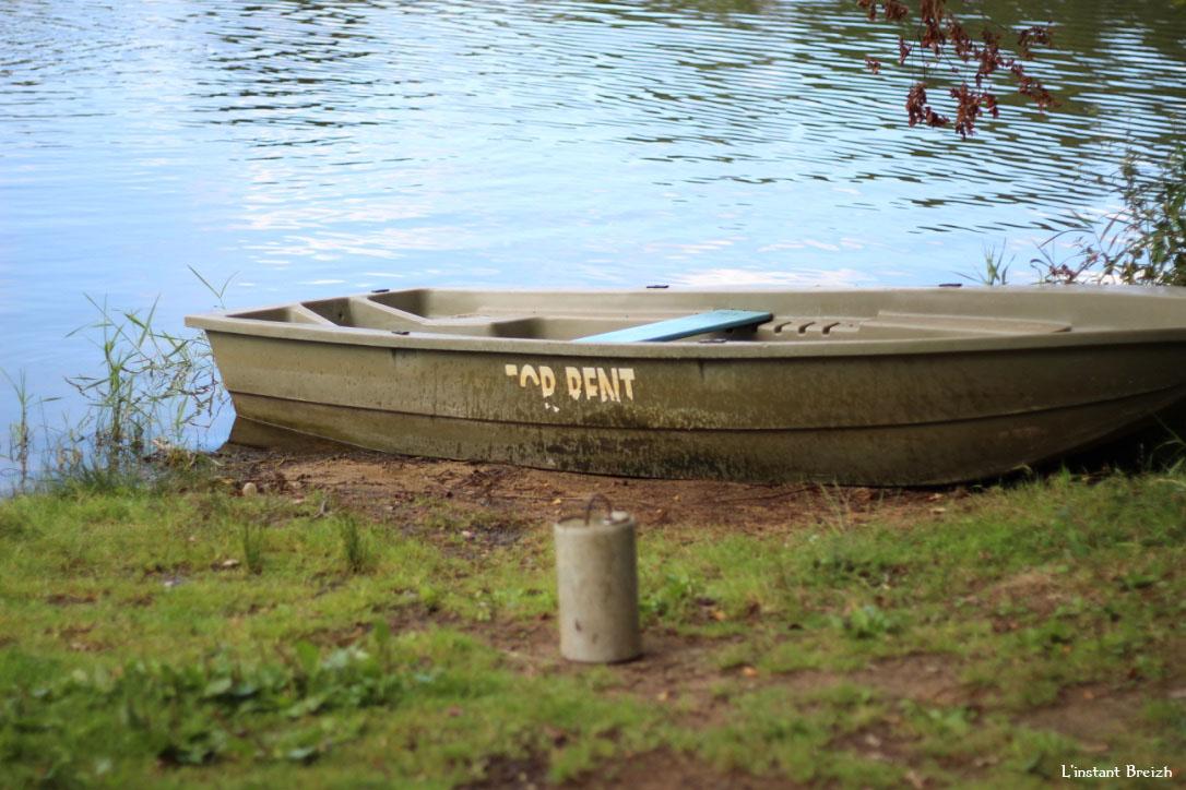 Barque à louer sur la berge