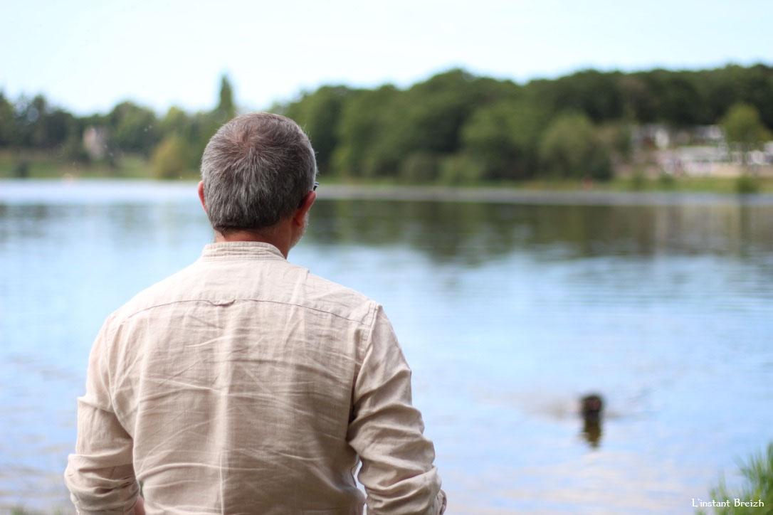 Le père face au lac