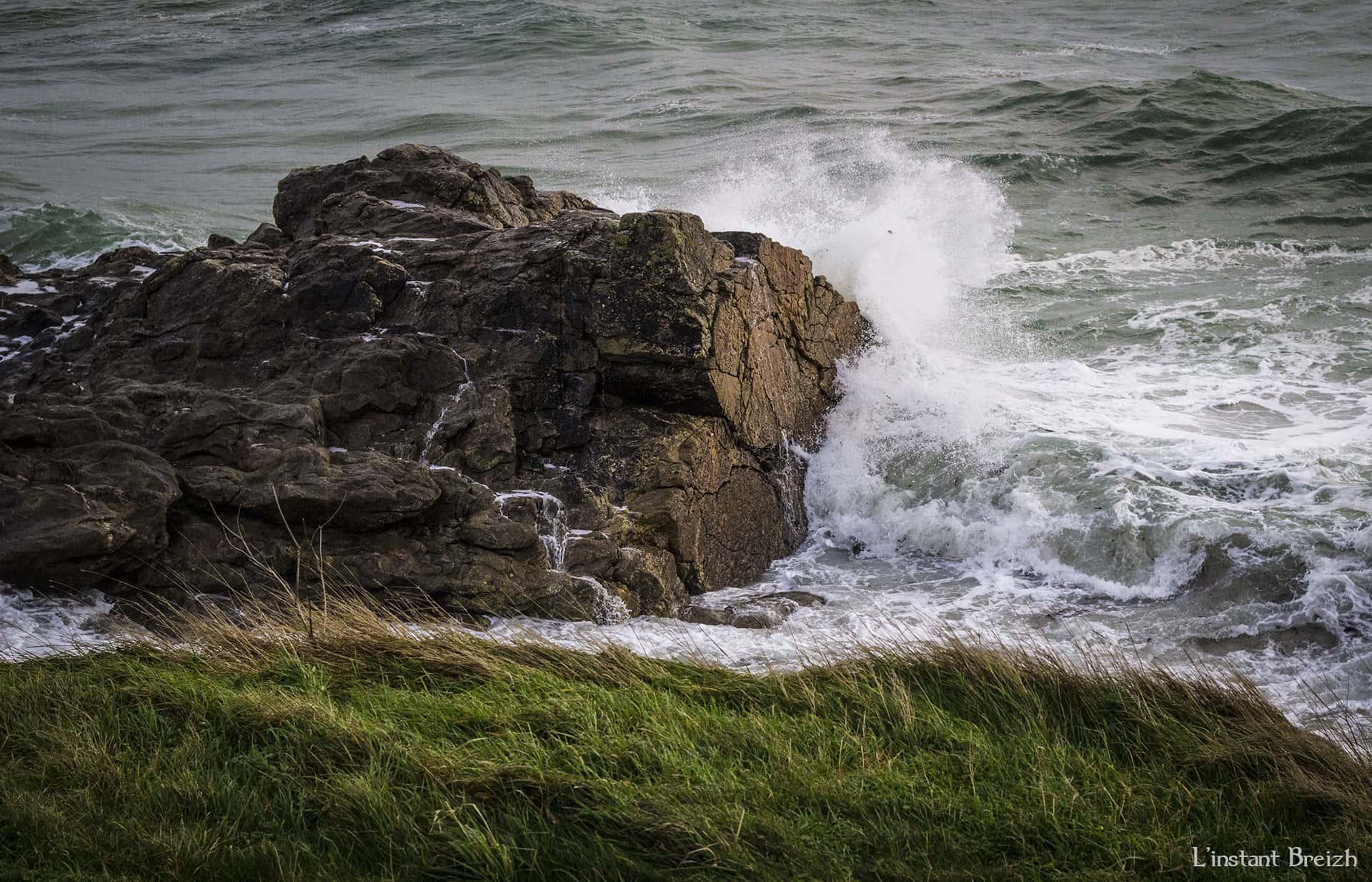 Vague qui s'écrase sur un rocher